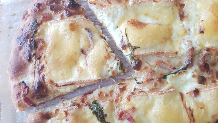 Pizza blanche à la raclette, noix et roquette