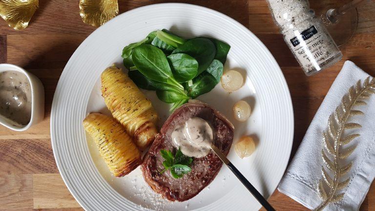 Tournedos de bœuf, pommes de terre Hasselback, sauce aux Morilles et fleur de sel à la truffe