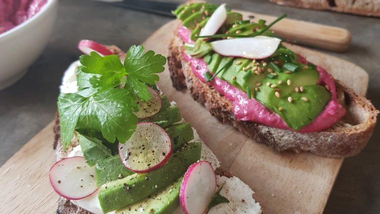 Avocado toast au houmous de betterave et chèvre frais