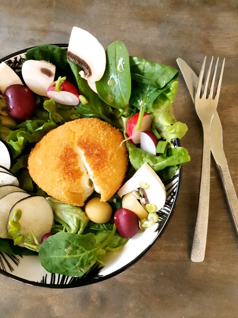 Mozzarella panée et salade croquante de printemps