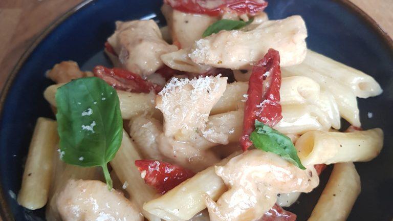Penne au poulet, basilic, tomate confite, sauce parmesan