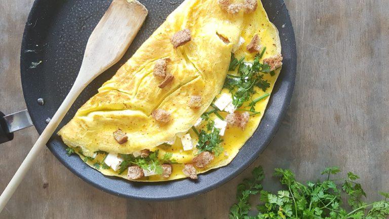Omelette à la feta et aux herbes fraîches