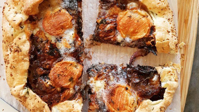 Tarte rustique aux oignons rouges caramélisés et chèvre crousti-fondant.