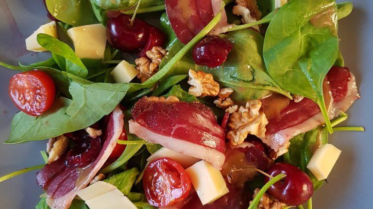 Salade basque au magret séché, cerises et patte d'ours