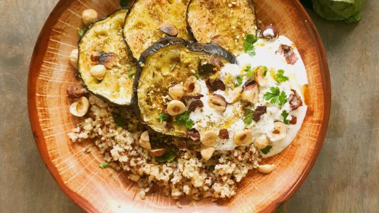 ubergines rôties au zaatar, quinoa et yaourt grec parfumé