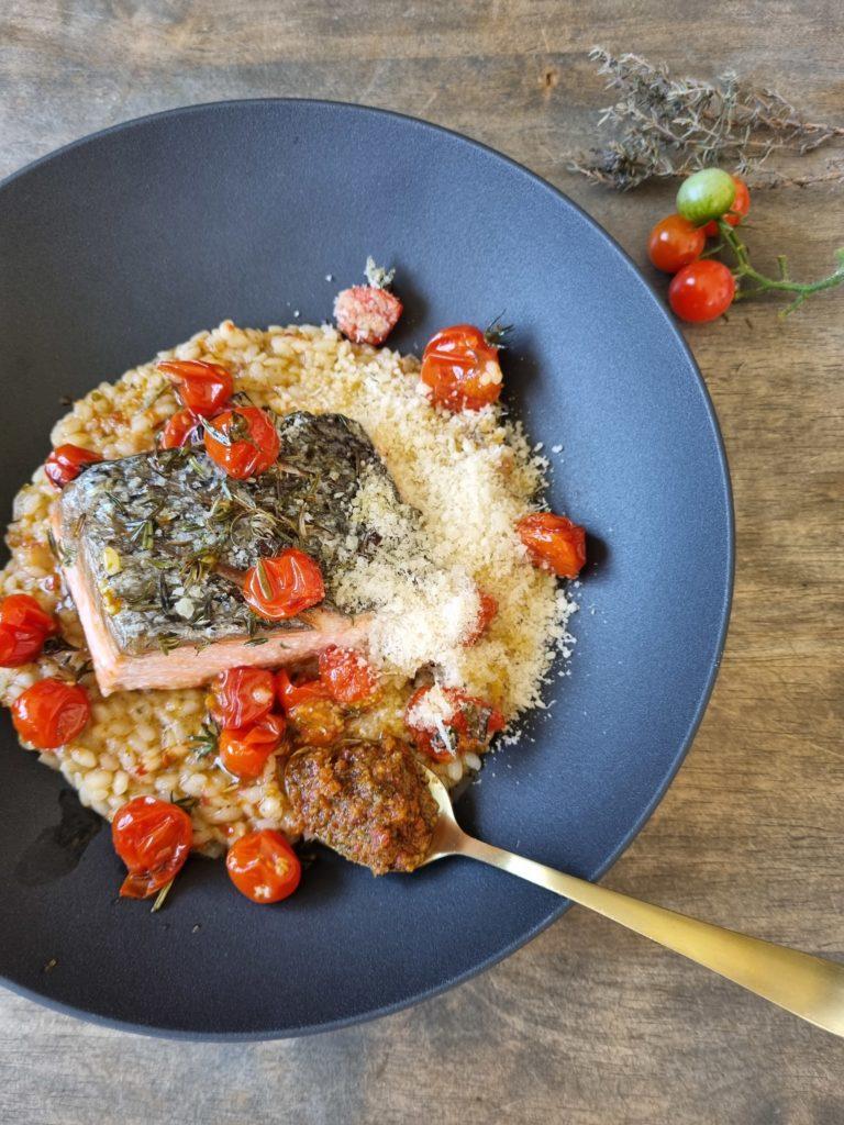 Risotto au pesto rosso, saumon et tomates rôties